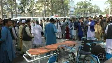 Bomba numa estrada no Afeganistão explode e mata 35 pessoas que viajavam de ônibus - A maioria dos mortos é de mulheres e crianças. Vinte e sete pessoas ficaram feridas.
