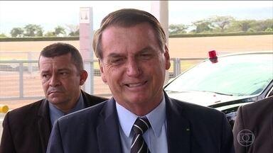 Bolsonaro vai indicar Eduardo para embaixada nos EUA na semana que vem - O presidente espera que o Senado volte do recesso para indicar o filho Eduardo Bolsonaro para ser o novo embaixador nos EUA. Para ser aprovado, Eduardo precisa passar por uma sabatina no Senado e por votação no plenário.