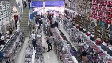 Loja de tecidos se mantém no mercado por 87 anos com preço atrativo - O negócio da família de imigrantes libaneses fica na maior rua de comércio popular de São Paulo, a 25 de Março. Os ganhos de escala chegam a 30% de redução dos preços.