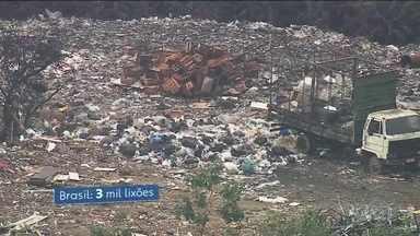 Política Nacional de Resíduos Sólidos completa 9 anos, mas a lei não saiu do papel - Um dos maiores problemas ambientais do Brasil continua sendo o despejo do lixo no lugar errado