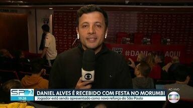 Daniel Alves é recebido com festa no Morumbi - Jogador está sendo apresentado com novo reforço do São Paulo.