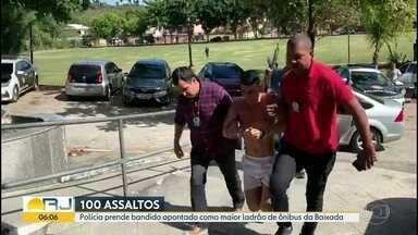 Polícia prende homem acusado de ser maior ladrão de ônibus da Baixada - Marcio Junior Silva de Souza foi preso nesta terça (7). Ele é acusado de ter participado de cerca de 100 roubos em dois anos. A polícia precisou algemar os pés e as mãos do suspeito.