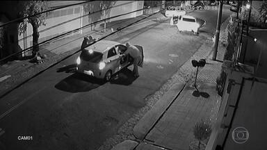 Polícia de SP prende homem e apreende menor apontados como autores de quatro assaltos - Os crimes aconteceram na noite da última terça-feira (6) na região metropolitana. Uma das ações foi filmada e mostra a violência dos bandidos.