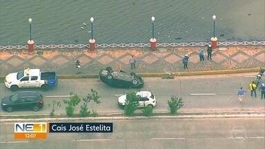Motorista fica ferida após carro capotar no Recife - Acidente aconteceu na Avenida Cais José Estelita, no sentido Bairro do Recife.