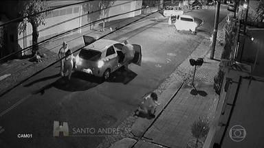 Em Santo André, na Grande São Paulo, o flagrante de um violento assalto - Assaltante arranca mulher do carro e joga a vítima no chão.