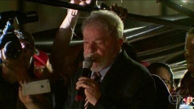 Justiça Federal determina a transferência do ex-presidente Lula de Curitiba para SP - A decisão atende a um pedido da superintendência da PF, que alegou dificuldades para manter o ex-presidente. Secretaria de Segurança paulista indica a penitenciária 2, de Tremembé, no interior do estado.