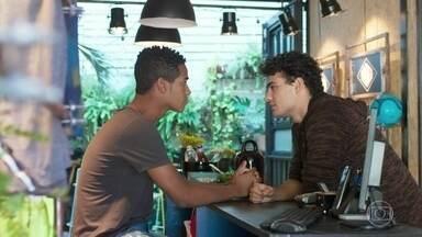 Serginho questiona Guga sobre o preconceito de sua família - Guga diz ao namorado que vai revelar a Meg e Beto que é gay. Ele pede que Serginho tenha calma em relação à sua família