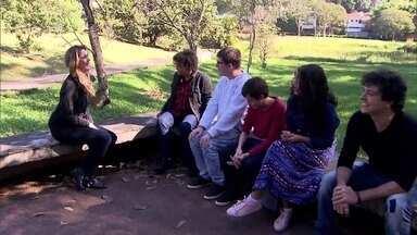 A designer Joyce Rocha da Silva agora se aventura cantando - Ela lançou uma música que pede a atenção das pessoas para o autismo
