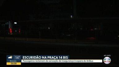 Passageiros enfrentam problemas para pegar ônibus no centro da cidade - A Praça 14-Bis, na região da Bela Vista, está com falta de iluminação