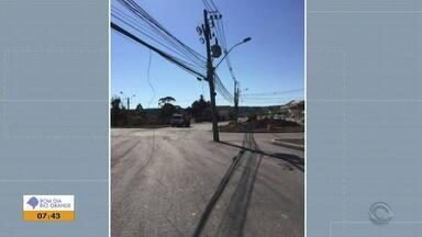 Poste que fica no meio da rua em Nova Petrópolis deve ser retirado no fim deste mês - Instalados em rótula da ERS-235, postes devem ser retirados em 25 de agosto.