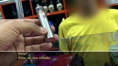 Anvisa debate regulamentação de cigarro eletrônico, proibido no Brasil - A venda é proibida, mas vários tipos de cigarros eletrônicos, todos importados, podem ser encontrados no comércio. Médicos alertam que os dispositivos oferecem risco.