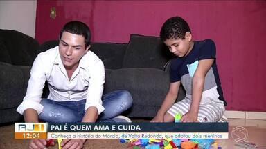 No Dia dos Pais, RJTV conta história de amor paterno em Volta Redonda - Márcio se tornou pai e melhor amigo de dois meninos.