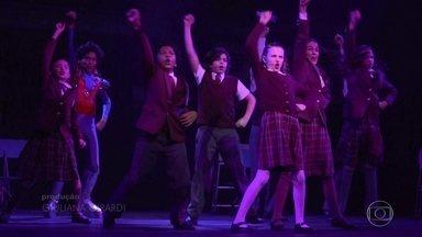 """Em versão brasileira, musical """"Escola do Rock"""" reúne 42 crianças no elenco - A história da """"Escola do Rock"""", filme de 2003, virou musical na Broadway em 2015. Agora, quatro anos depois, o musical chega aos palcos brasileiros em versão nacional com 42 crianças no elenco."""