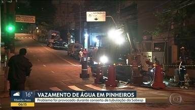 Conserto de tubulação gera problemas em Pinheiros - Moradores da Zona Oeste sofreram com um vazamento de água