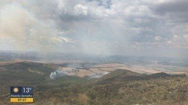 Serra das Bicas, em Carrancas, pega fogo; bombeiros tentam controlam focos - Serra das Bicas, em Carrancas, pega fogo; bombeiros tentam controlam focos