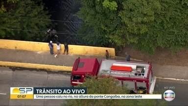 Bombeiros resgatam pessoa que caiu em córrego na Zona Leste - Uma pessoa caiu no Córrego de Tiquatira, na altura da Ponte Cangaíba.