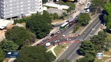 Trânsito ficou complicado no 1º dia útil de interdição na ponte do Jaguaré - Sentido bairro está fechado para obras de recuperação.