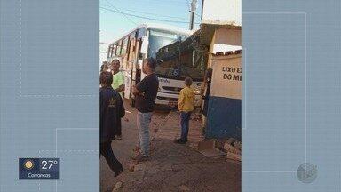 Dois ônibus da mesma linha sofrem acidente em distrito de São Tomé das Letras - Dois ônibus da mesma linha sofrem acidente em distrito de São Tomé das Letras