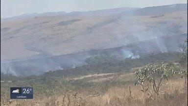 Corpo de Bombeiros combate incêndio na Serra das Bicas, em Carrancas - Corpo de Bombeiros combate incêndio na Serra das Bicas, em Carrancas