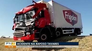 Acidente entre caminhões é registrado na SP-270 - Veículo ficou pendurado às margens da pista.