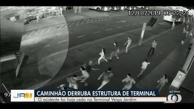 Caminhão derruba parte de cobertura do Terminal Veiga Jardim, em Aparecida de Goiânia - Ninguém ficou ferido e o terminal segue funcionando. Na queda, estrutura atingiu uma lanchonete e o ponto de apoio aos motoristas.