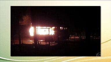 Seis suspeitos morrem em confronto com o Bope, em Angra dos Reis; ônibus foram incendiados - Comunidade Parque Belém amanheceu sem escolas nem postos de saúde abertos.