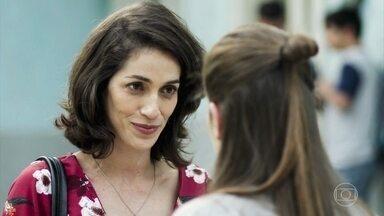 Neide diz a Anjinha que sabe da paixão de Marco por Carla - No entanto, a coordenadora da escola diz que lutará pelo amor do major