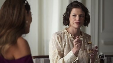 Jô finge apoiar Maria - Régis tenta disfarçar seu incômodo após descobrir o que a patricinha fez