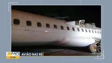 Acidente com avião puxado por trator surpreende moradores na Região da Pampulha, em BH - Sucata de aeronave era transportada em avenida movimentada da capital.
