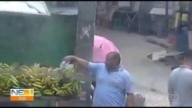 Feirante é flagrado jogando água de esgoto em frutas à venda - Imagens foram feitas na Avenida Dantas Barreto, no centro do Recife, e está circulando nas redes sociais.
