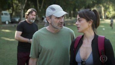 Elias discute com Helena na frente de todos - Padre Zoran pede que eles se contenham, pois estão ali para confraternizar