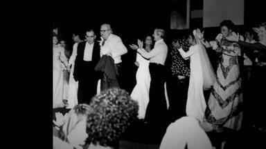 Nelson Rodrigues - Companheiros de redação e de Maracanã, Nelson Motta e Nelson Rodrigues batem um papo descontraído sobre a amizade deles e assistem a depoimentos da época.