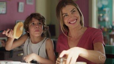 Paloma e Ramon tem café da manhã divertido em casa - Os dois preparam um banquete para as crianças