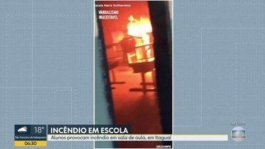 Alunos provocam incêndio em sala de escola municipal, em Itaguaí - Os 2 estudantes, que são maiores de idade e cursam o EJA, foram denunciados à polícia pela diretora e serão expulsos da Escola Municipal Maria Guilhermina de Souza Freire.