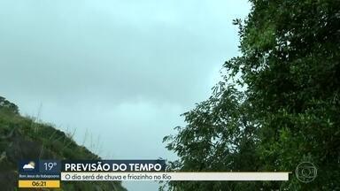 Previsão é de chuva para o Rio de Janeiro nesta quarta-feira (14) - O dia deve ser chuvoso em todo o estado. A temperatura máxima prevista para a região metropolitana é de 22ºC, e a mínima,15ºC. A Marinha emitiu aviso de ressaca da noite de terça (13) até a manhã desta quinta (15).