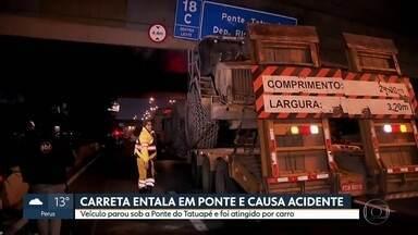 Carreta entala em ponto e causa acidente na Zona Leste - Veículo parou sob a Ponte Tatuapé e foi atingido por carro que passava pelo local.