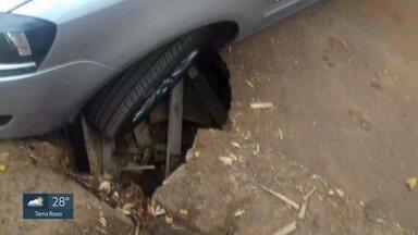 Chão afunda e roda de carro fica presa em asfalto em Ribeirão Preto, SP - Acidente aconteceu no Jardim Jóquei Clube. Buraco ainda não foi consertado.