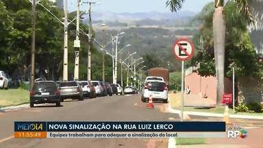 Equipes trabalham para adequar a sinalização da Rua Luiz Lerco em Londrina - A principal mudança ocorre no trecho entre a rua Francisco Salton e a Avenida Octávio Genta. O tráfego que era em pista simples com dois sentidos de circulação, passa a ser exclusivamente em pista dupla.
