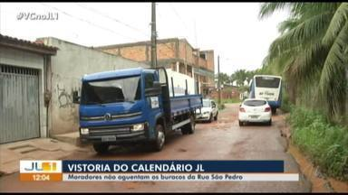 Moradores se queixam de buracos na rua São Pedro, no bairro do Coqueiro - Moradores se queixam de buracos na rua São Pedro, no bairro do Coqueiro