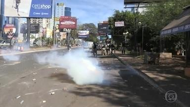 Polícia e manifestantes paraguaios causam confusão na fronteira com o Brasil - Confusão começou quando policiais que faziam um bloqueio próxima à aduana da Ponte da Amizade tentaram liberar a saída de caminhões do Paraguai para o Brasil.