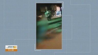 Em Itacoatiara, no AM, motociclista faz manobra arriscada em calçada - Veículos são flagrados em locais onde o acesso deveria ser apenas de pedestres.