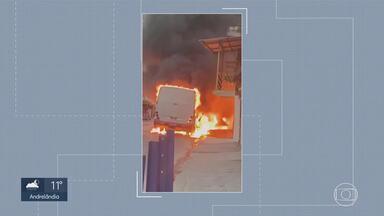Incêndio atinge ônibus no bairro Morro Alto, em Vespasiano, na Grande BH - Militares do corpo de bombeiros e da PM estão no local.