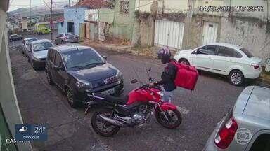 Bandidos fingem ser entregadores para roubar motos em BH - Câmeras de vigilância flagraram uma das ações deles.