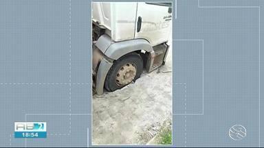 Caminhão atola após calçamento ceder em acesso ao Loteamento no Luiz Bezerra Torres - Matéria mostra problema enfrentado por motorista.