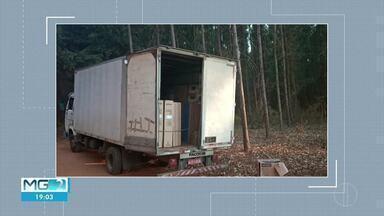 Dois homens são presos suspeitos de assaltar caminhão carregado de eletrodomésticos na BR- - Homens, de 35 e 23 anos, fizeram o motorista refém e tentaram fugir sentido Sete Lagoas; caminhão e carga foram recuperados.
