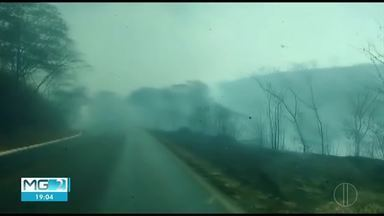 Incêndio atinge vegetação às margens da BR-365, em Montes Claros - Fogo se alastrou rapidamente sentido à Serra do Mel e chegou a atrapalhar o trânsito na rodovia; bombeiros, brigadistas da Copasa e do Instituto Estadual de Floresta ajudaram no combate.