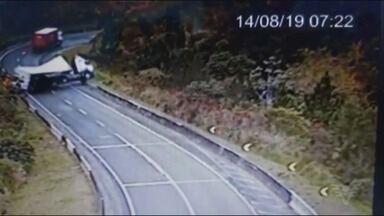 Carreta tomba e deixa motorista ferido na Rodovia Régis Bittencourt - Acidente chegou a bloquear totalmente a pista. Baú se rompeu e carga de pneus ficou espalhada.
