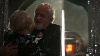 Antero se entusiasma com vestido de Marlene - Durante a noite ele admira a roupa da aposentada