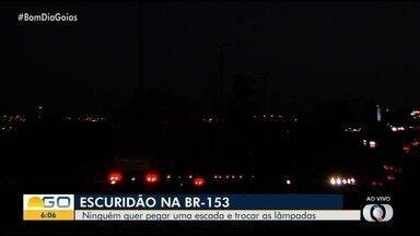 Trecho da BR-153 em Goiânia está totalmente escuro - Moradores da região e motoristas reclamam do breu.