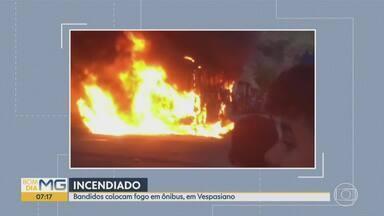Bandidos colocam fogo em ônibus em Vespasiano, na Grande BH - Incêndio ocorre no mesmo dia que bandidos ameaçaram atacar ônibus e prédios públicos em protesto contra as condições de um presídio na Grande BH. Não há vítimas.